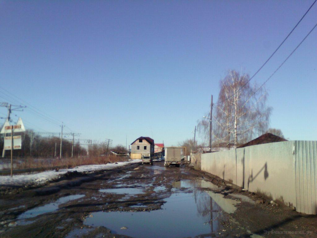 Разбитая дорога у переезда в Зубчаниновке.
